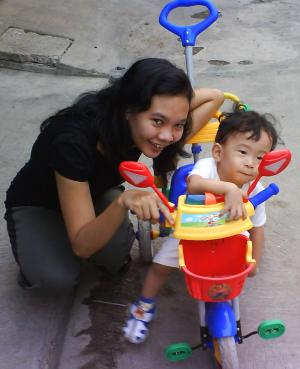 Zeze Vavai didepan rumah bersama mama